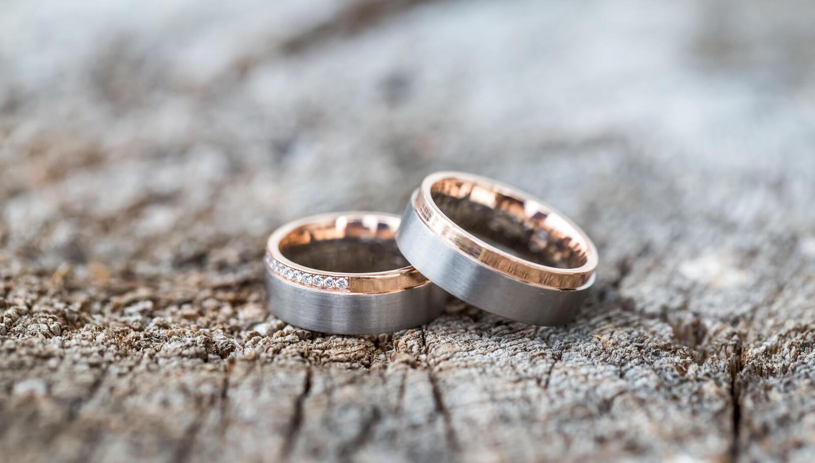 Bicolor Trauringe in Gold und Edelstahl mit Diamanten